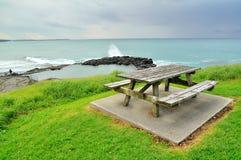 Banco di legno su una collina della spiaggia Immagine Stock Libera da Diritti