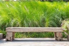 Banco di legno sul fondo dell'erba verde Fotografie Stock Libere da Diritti