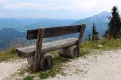 Banco di legno sull'orlo della montagna Fotografie Stock