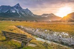 Banco di legno sulla valle della montagna Fotografie Stock Libere da Diritti
