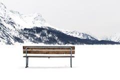 Banco di legno in un paesaggio della neve. Fotografia Stock Libera da Diritti