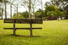 Banco di legno in un parco fotografia stock libera da diritti