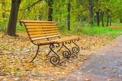 Banco di legno in un parco di autunno Immagine Stock
