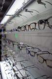 Banco di mostra di occhiali in pieno dei vetri di lusso a Cagliari, Sardegna novembre 2018 immagini stock
