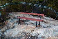 Banco di parco vuoto sull'allerta della montagna Fotografia Stock