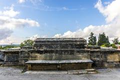 Banco di pietra in parco Fotografie Stock