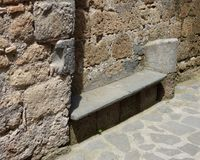 Banco di pietra in una città toscana della collina fotografie stock libere da diritti