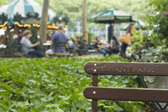 Banco di ricerca della carta da parati del fondo del parco di Bryant alto con i leu della gente Immagini Stock Libere da Diritti
