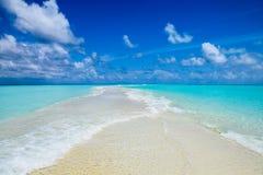 Banco di sabbia alla località di soggiorno di isola di Kuramathi in Maldive fotografia stock