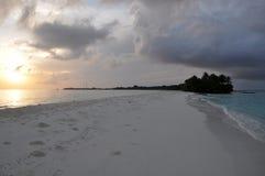 Banco di sabbia durante l'alba sull'isola di Kuramathi, Maldive Fotografie Stock Libere da Diritti
