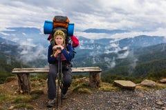 Banco di seduta della montagna della donna Immagine Stock Libera da Diritti