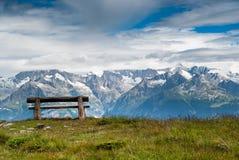 Banco di sosta vuoto in alte montagne Fotografia Stock