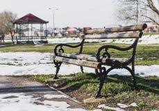 Banco do amor com neve fotos de stock royalty free