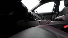Banco do condutor com costura de linha vermelha movendo-se no interior de couro do carro vídeos de arquivo