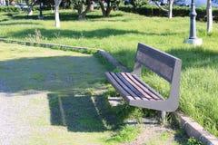 Banco do ferro com assento de madeira imagem de stock royalty free