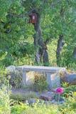 Banco do jardim feito da pedra Imagem de Stock