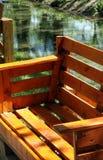 Banco do jardim para sentar-se feito das páletes de madeira velhas fotografia de stock