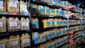 Banco do plasma com abundância das amostras em uns sacos de plástico filme
