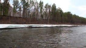 Banco do rio Temnik da montanha vídeos de arquivo
