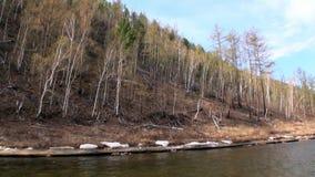 Banco do rio Temnik da montanha filme