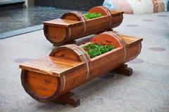Banco e Flowerbed di legno fotografie stock libere da diritti
