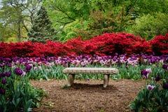 Banco e jardins em Sherwood Gardens Park, em Guilford, Baltimo Foto de Stock