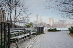 Banco e passaggio pedonale di parco del ponte di Brooklyn con Manhat Fotografia Stock Libera da Diritti
