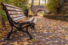 Banco e percorso di autunno al ponte Fotografia Stock