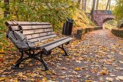 Banco e percorso di autunno al ponte Fotografie Stock