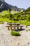 Banco e tabela em uma fuga nas montanhas fotografia de stock