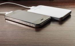 Banco e telefone celular portáteis brancos do poder Foto de Stock Royalty Free