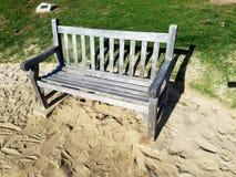 Banco el día soleado del parque de la playa Foto de archivo
