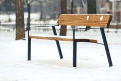 Banco elegante en parque del invierno Imagenes de archivo