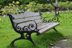 Banco elegante en parque del verano. Imagen de archivo libre de regalías