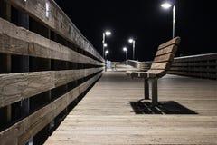 Banco en el embarcadero en la noche imágenes de archivo libres de regalías