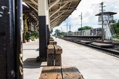 Banco en el ferrocarril foto de archivo