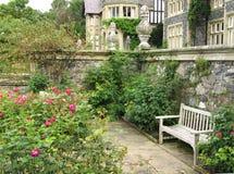 Banco en el jardín de Bodnant Imagen de archivo