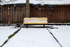Banco en el parque debajo de la nieve Imagen de archivo