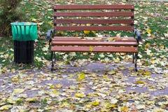 Banco en el parque del otoño Foto de archivo libre de regalías