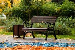 Banco en el parque del otoño Foto de archivo