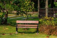 Banco en el parque público a relajarse Foto de archivo libre de regalías