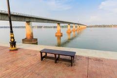 Banco en el puente y la orilla Imágenes de archivo libres de regalías