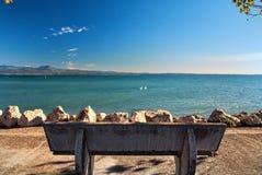Banco en el terraplén de Sirmione Lago Garda Italia Imágenes de archivo libres de regalías