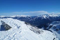 Banco en el top de la montaña con una hermosa vista Foto de archivo