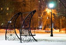 Banco en fondo del parque de la tarde de Moscú Imágenes de archivo libres de regalías