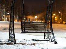 Banco en fondo del parque de la tarde de Moscú Foto de archivo libre de regalías