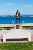 Banco en Glorietta Marina Park con la primera en tierra estatua Imágenes de archivo libres de regalías