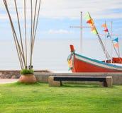 Banco en jardín en la playa Imagen de archivo libre de regalías