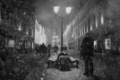 Banco en la ciudad de la noche Imagen de archivo