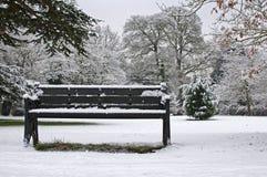 Banco en la nieve Fotos de archivo libres de regalías